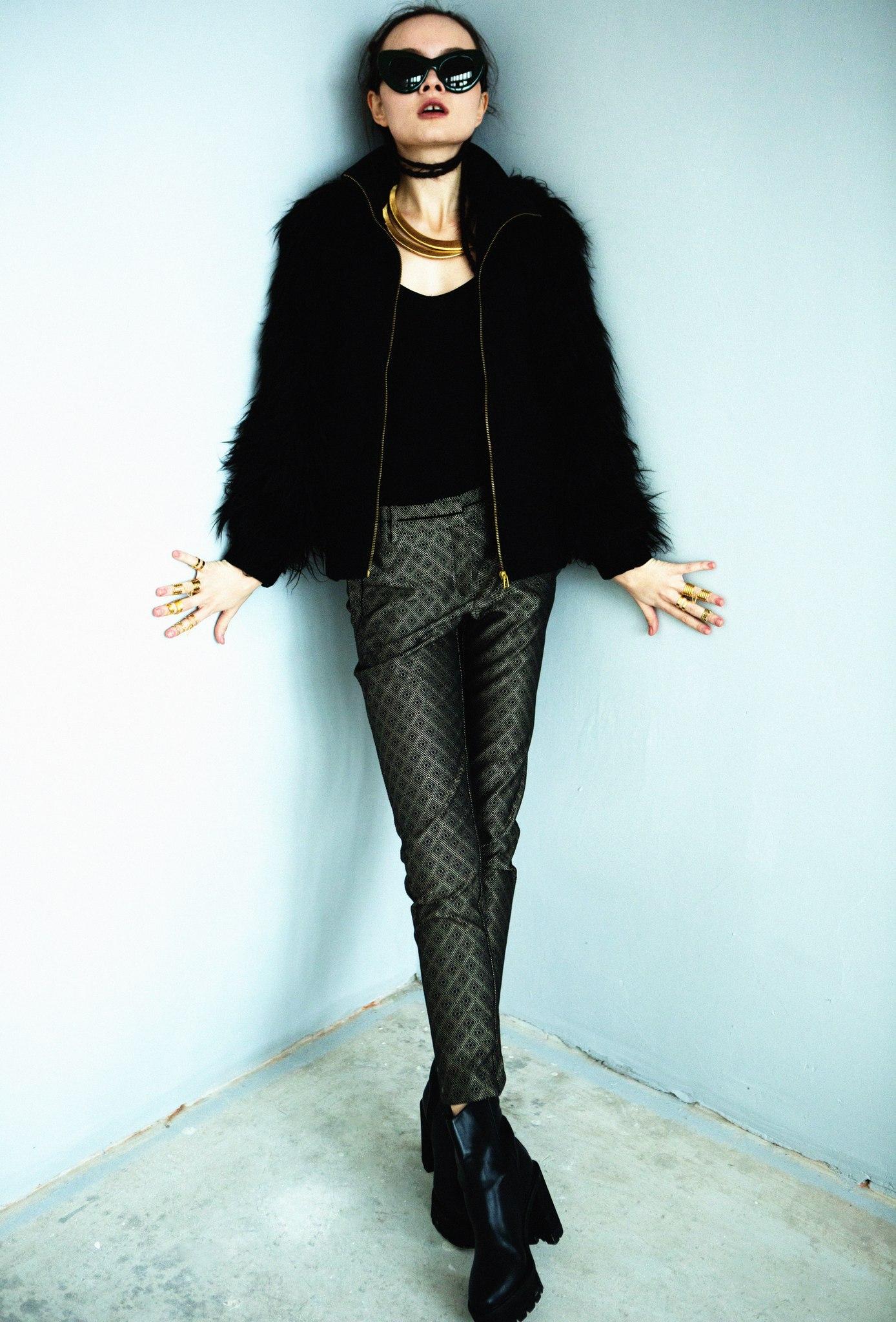 Жакет Zara, брюки Mango, боди Intimissimi, обувь Stella McCartney, очки Celine, колье Poisondrop, кольца на верхние и нижние фаланги пальцев LeiVanKash, Poisondrop
